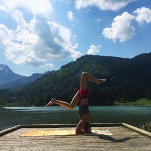 posture sur la tête yoga guide sirsasana